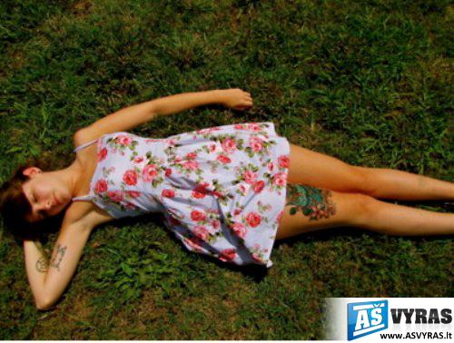 mergina su tatuiruotėm