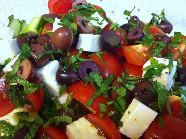 Pomidorų , fetos sūrio ir grybų salotos