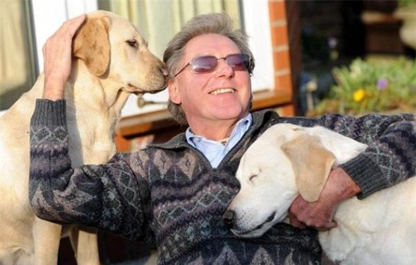 Aklas vyras su šunimi
