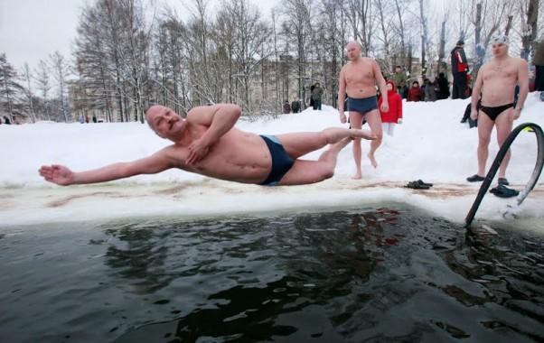 Rusija - maudynės lediniame vandenyje
