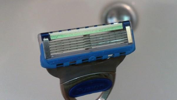 as-vyras-zuralas-vyrams-testuoja-skutimosi-peiliuka-gillette-fusion-proglide-power