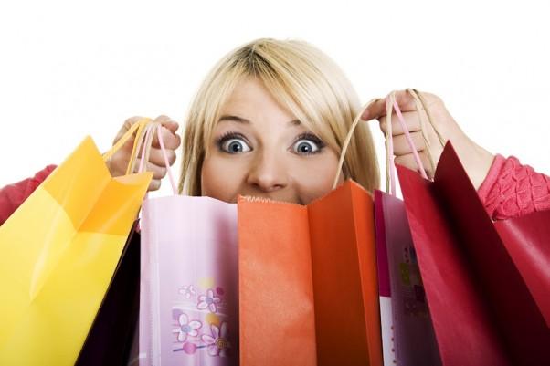 Moteris apsipirkinėja