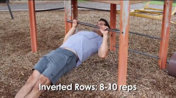 Treniruotė vaikų žaidimų aikštelėje: horizontalūs prisitraukimai