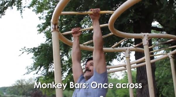 Treniruotė vaikų žaidimų aikštelėje: kopėčios
