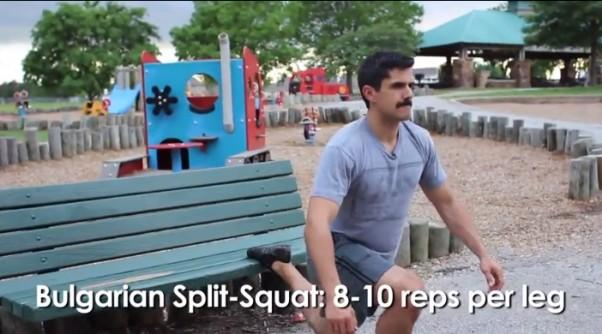 Treniruotė vaikų žaidimų aikštelėje: pritūpimai užkėlus koją ant suoliuko