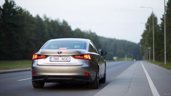 Lexus IS 300h automobilis: galas