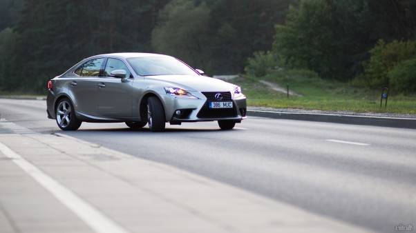 Lexus IS 300h automobilis: priekis ir šonas