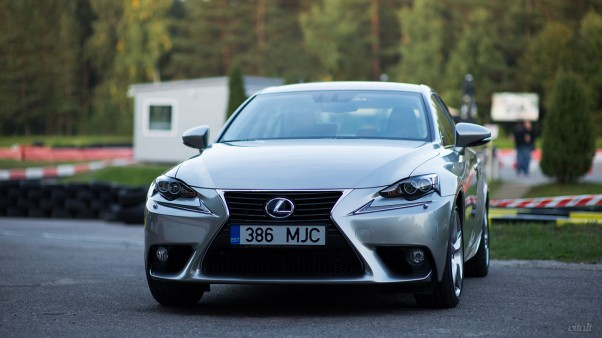 Lexus IS 300h automobilis: priekis