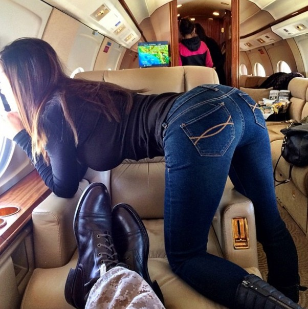 Dan Bilzerian vaizdas privačiame lėktuve