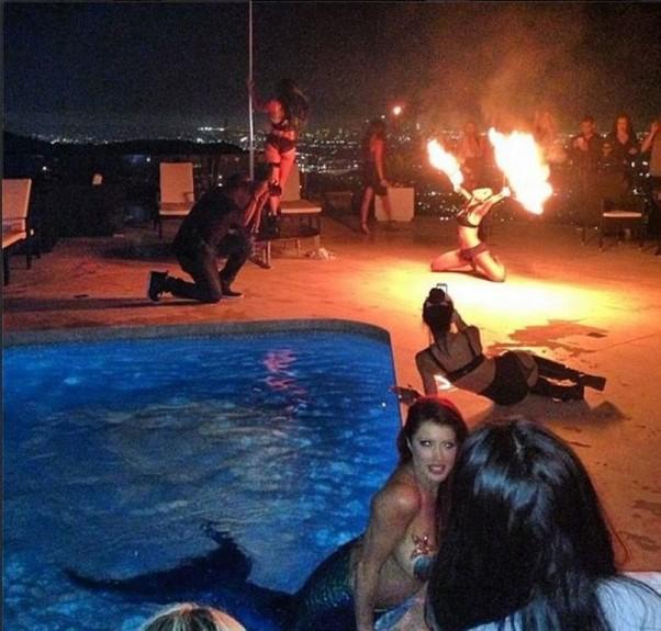 Dan Bilzerian vakarėlis: liepsnos, undinėlės, šokiai ant stulpo