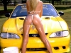 merginos-is-masinos-automobiliai-moterys-sudrekusi-mergina
