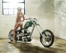 merginos-ir-motociklai-mergina-ir-motociklas-garaze