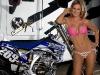 merginos-ir-motociklai-mergina-ir-motociklas-roziniam-bikinyje