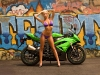 merginos-ir-motociklai-mergina-ir-motociklas-zalias-motociklas-blondine