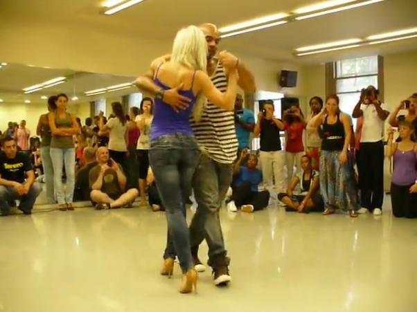 Seksuali šokėja šoka kizombą
