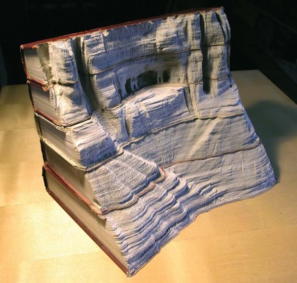 Neįtikėtinos skulptūros iš senų knygų